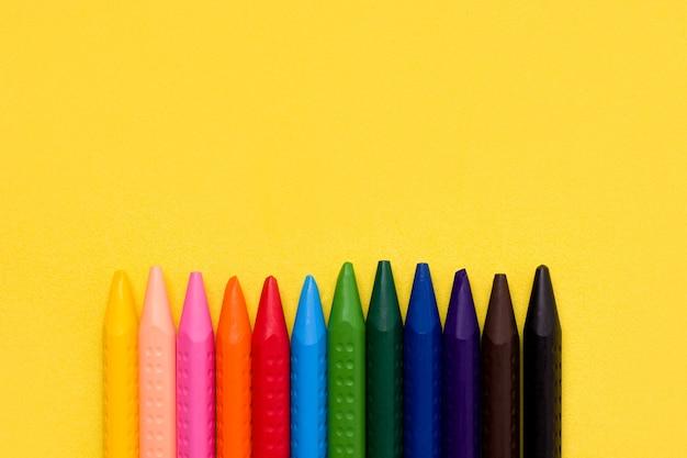 Koncepcja rysowania kreatywności dzieci. kredki.