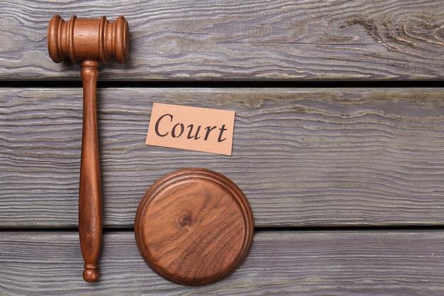 Koncepcja sądu i sprawiedliwości. widok z góry płasko położył drewniany młotek na stole.