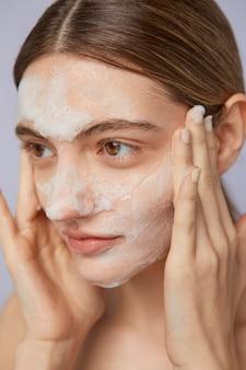 Koncepcja samoopieki z maseczką na twarz