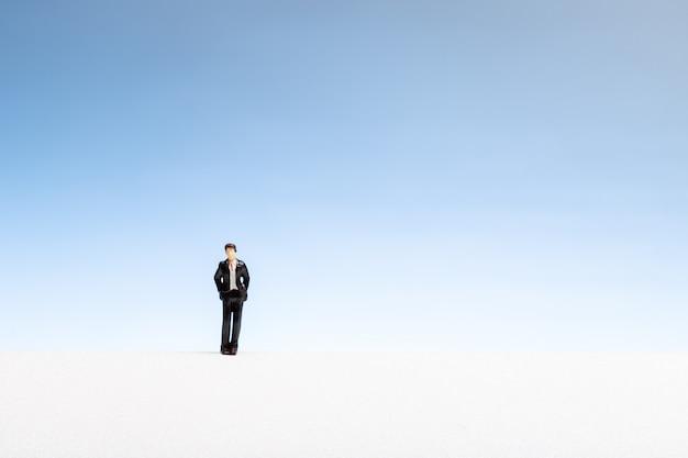 Koncepcja samotnego człowieka. mężczyzna miniatura na gradientowym copyspace
