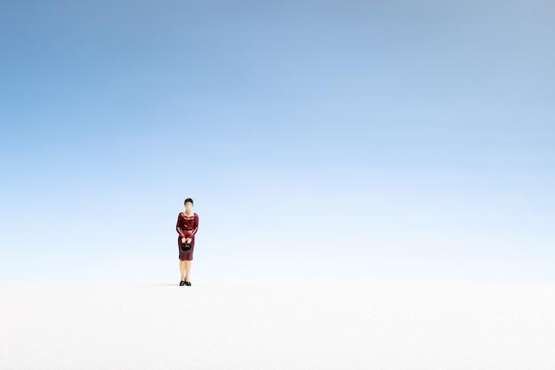 Koncepcja samotnej kobiety. kobiety miniatura na gradientowym copyspace