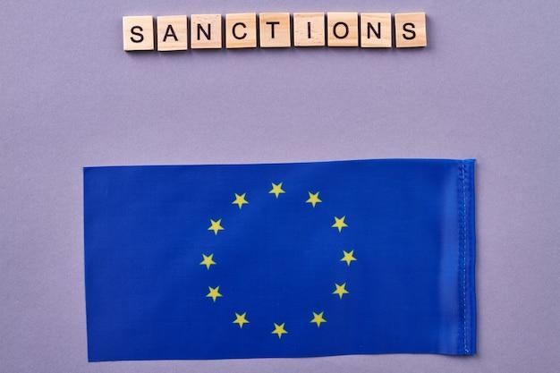 Koncepcja sankcji unii europejskiej. na białym tle na fioletowym tle.