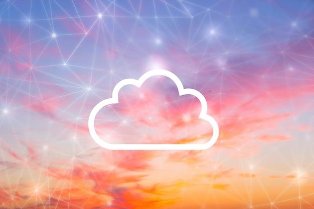 Koncepcja sieci i chmur na niebie