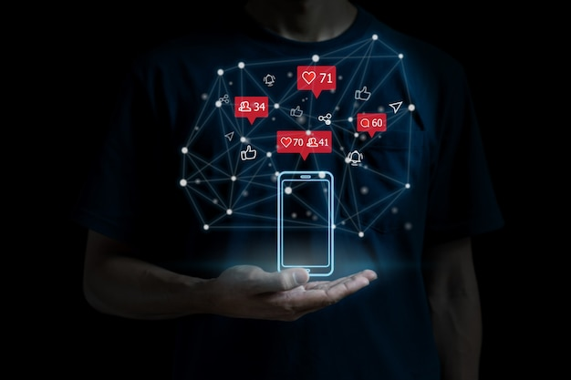 Koncepcja sieci mediów społecznościowych z smartphone. ręka trzyma smartfon z ikonami online. marketing