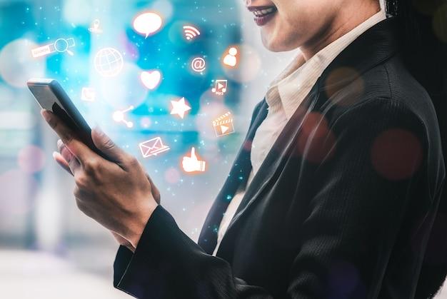 Koncepcja sieci społecznościowych i młodych ludzi. nowoczesny interfejs graficzny przedstawiający sieć połączeń społecznościowych online i kanały medialne w celu angażowania interakcji z klientami w biznesie cyfrowym.