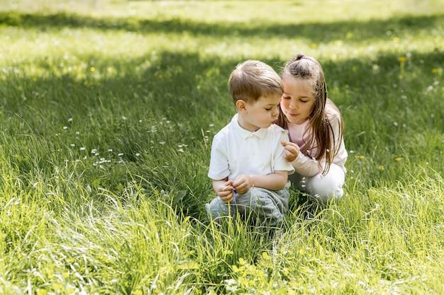 Koncepcja słodkie dzieci szczęśliwy