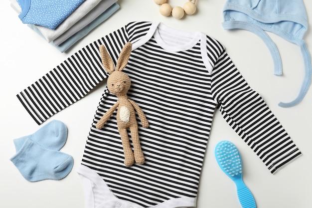 Koncepcja słodkie ubrania dla dzieci na białym tle.