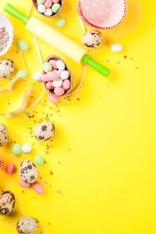Koncepcja słodkiego pieczenia na wielkanocnym tle gotowania z pieczeniem - z trzepaczką do ubijania wałków do ciastek jajka przepiórcze posypanie cukrem