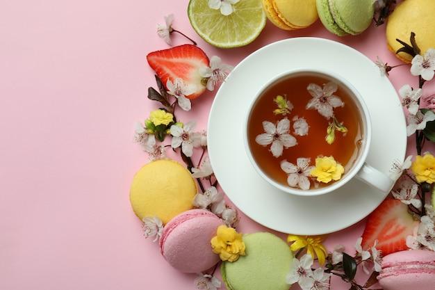 Koncepcja słodkiego śniadania na różowym tle