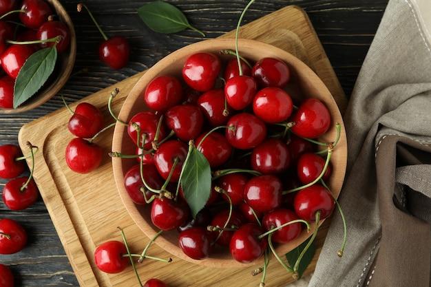 Koncepcja słodkiej jagody z czerwoną wiśnią