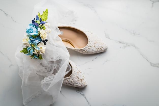 Koncepcja ślubu, buty panny młodej i róża, widok z góry