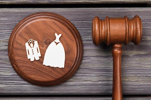 Koncepcja ślubu i prawa. płaski drewniany młotek leżący płasko.