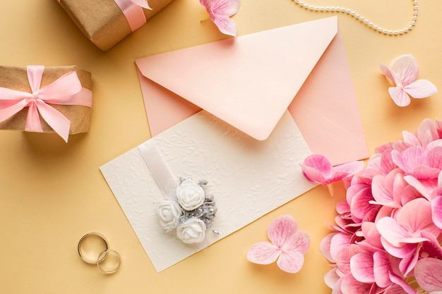 Koncepcja ślubu zaproszenie kwiatowy i pierścienie