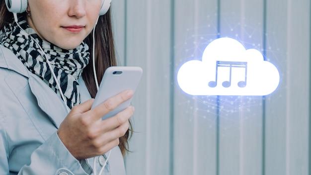 Koncepcja słuchania muzyki z chmury na smartfonie