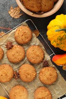 Koncepcja smaczne jedzenie z ciasteczkami dyni na ciemnym tle z teksturą.