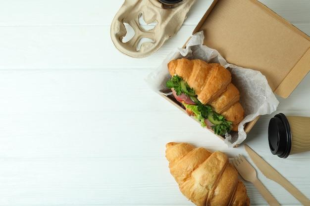 Koncepcja smaczne jedzenie z kanapką croissant