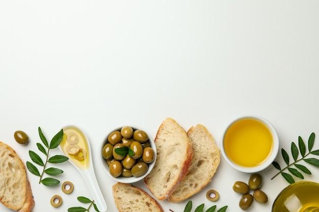 Koncepcja smaczne jedzenie z oliwą z oliwek na białym tle