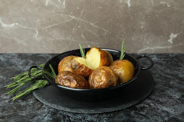 Koncepcja smaczne jedzenie z pieczonym ziemniakiem na czarnym stole smokey.