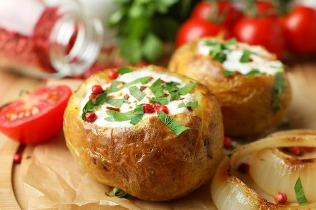 Koncepcja smaczne jedzenie z pieczonym ziemniakiem, z bliska.