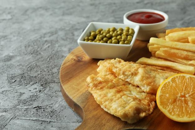 Koncepcja smaczne jedzenie ze smażoną rybą i frytkami