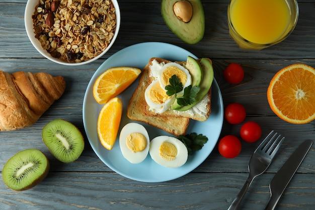 Koncepcja smaczne śniadanie na drewniane, widok z góry