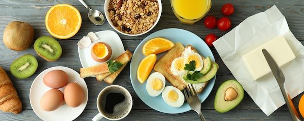 Koncepcja smaczne śniadanie na drewnianym stole, widok z góry