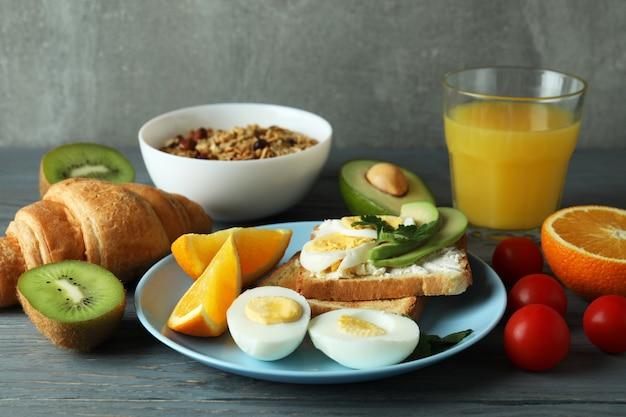 Koncepcja smaczne śniadanie na drewnianym stole