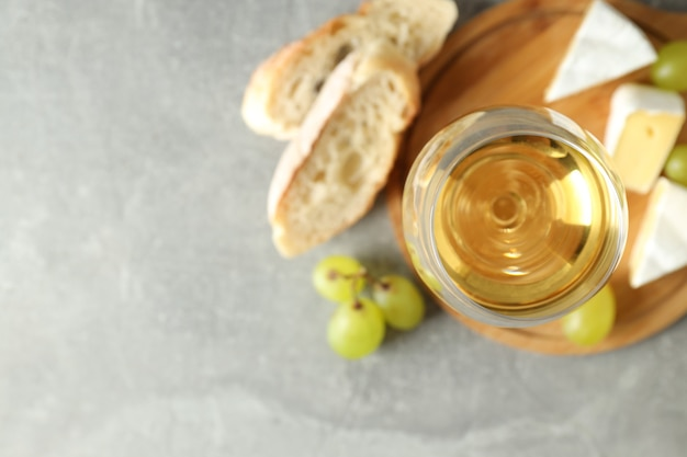 Koncepcja smacznego jedzenia z białym winem na szarym teksturowanym stole
