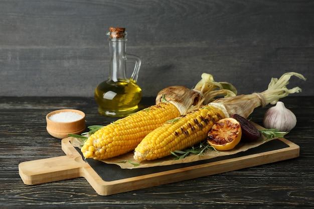 Koncepcja smacznego jedzenia z grillowaną kukurydzą