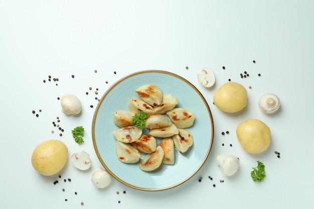 Koncepcja smacznego jedzenia z varenikami lub pierogami na białej powierzchni