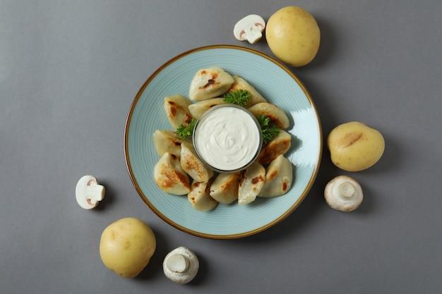 Koncepcja smacznego jedzenia z varenikami lub pierogami