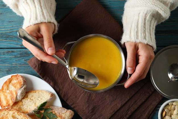 Koncepcja smacznego jedzenia z zupą dyniową, widok z góry