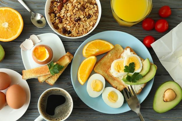 Koncepcja smacznego śniadania na drewnianym