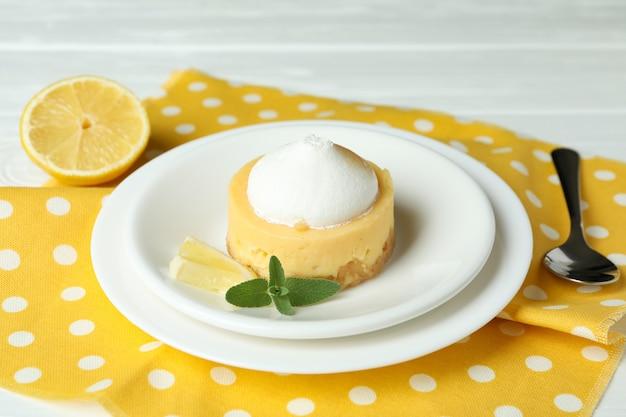 Koncepcja smacznego śniadania z ciastkiem cytrynowym na białym drewnianym stole