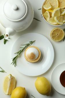 Koncepcja smacznego śniadania z ciastkiem cytrynowym na białym tle
