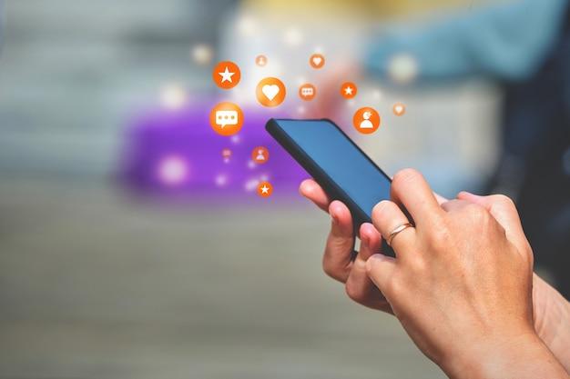 Koncepcja smartfona w rękach subskrybentów aktywności w mediach społecznościowych, polubień, wiadomości.