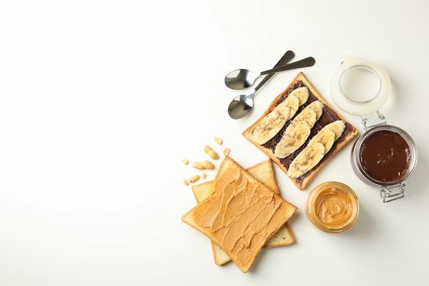 Koncepcja śniadania z grzankami z masłem orzechowym i czekoladą