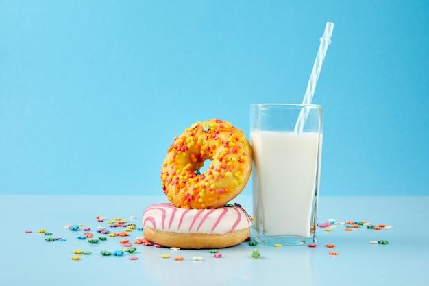 Koncepcja śniadania z pączkami i mlekiem z bliska