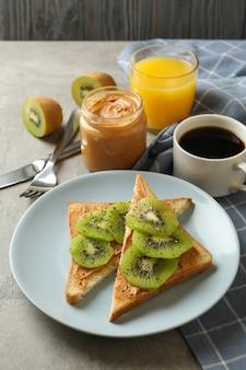 Koncepcja śniadania z tostami z awokado