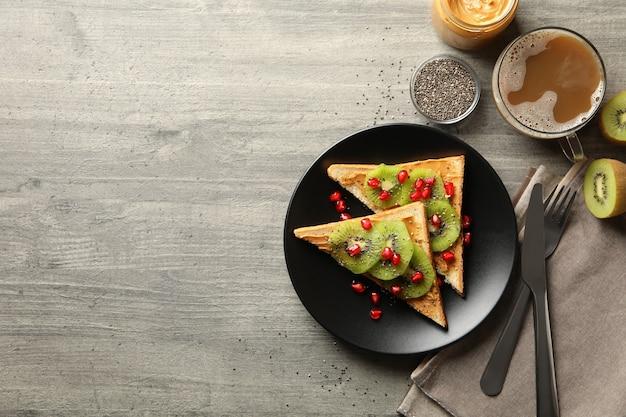 Koncepcja śniadanie ze słodkimi tostami z owocami