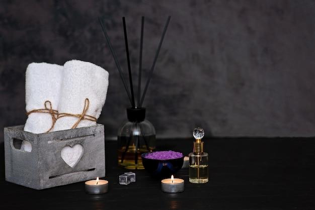 Koncepcja spa. lawendowa sól do relaksującej kąpieli, aromatyczny olej, perfumy na szarym tle. aromaterapia