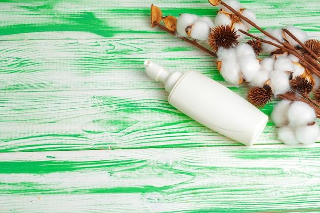 Koncepcja spa. leżał płasko tło z gałęzi bawełny, waciki. bawełniany makijaż kosmetyczny