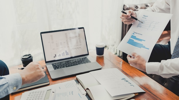 Koncepcja spotkania firmy pracy zespołowej, partnerzy biznesowi współpracujący z laptopem razem