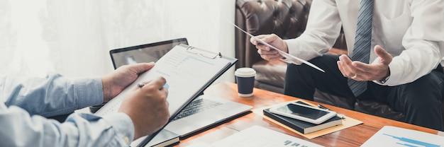 Koncepcja spotkania firmy pracy zespołowej, partnerzy biznesowi współpracujący z laptopem