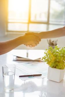 Koncepcja spotkania partnerstwa biznesowego. biznesmen uścisk dłoni. udane uzgadnianie biznesmenów po dobrej ofercie.