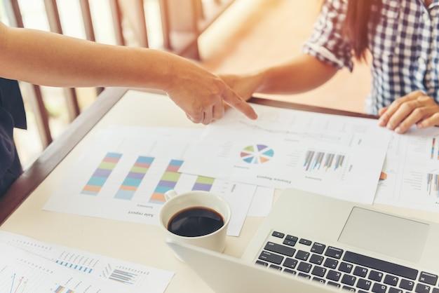 Koncepcja spotkania partnerstwa biznesowego. obraz uścisk dłoni bizneswoman. udane biznesmenki uścisk dłoni po dobrej transakcji.