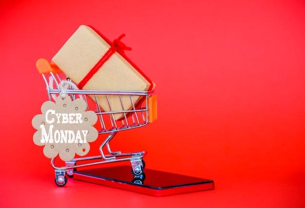 Koncepcja sprzedaż poniedziałek cyber, mini koszyk z tagiem sprzedaż