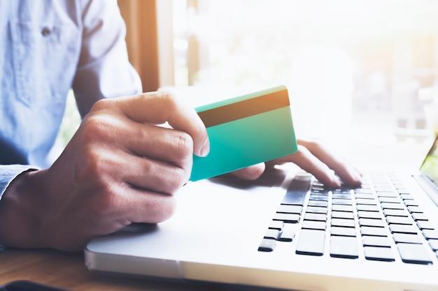 Koncepcja sprzedaży i sprzedaży online firmy.