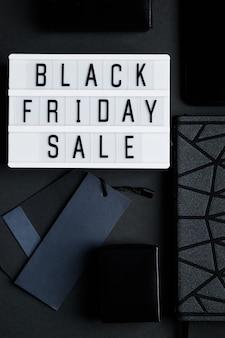 Koncepcja sprzedaży online w czarny piątek monochromatyczny flatlay na ciemnym tle