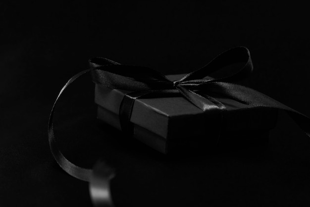 Koncepcja sprzedaży w czarny piątek z pudełkiem prezentowym ze wstążką, zbliżenie
